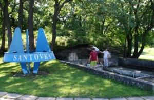 Park v centre obce s logom minerálnej vody a prameňom. Dnes sú však už oba pramene bez vody