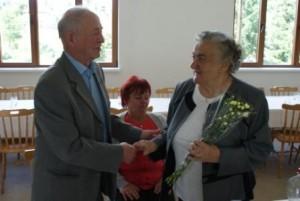 Predseda KR Igor Kovačovič gratuluje dlhoročnej predsedníčke MO Anna Babiakovej k narodeninám, ktoré oslávila v minulý mesiac.