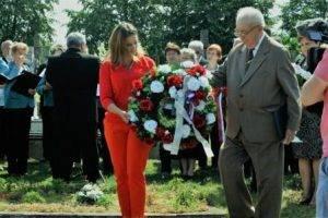 Pietna spomienka pri hrobe Ela Havettu: Predseda MO MS Veľké Vozokany Jozef Havetta a riaditeľka Domu MS v Nitre Veronika Bilicová