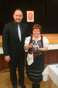podpredseda MS M. Nemec odovzdal pre MO MS Veľké Lovce Cenu MS predsedníčke MO MS M.Rapavej