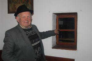 J. Galbavý - majiteľ Ľudového domu upozorňuje na raritu, ktorá zaujíma aj etnológov. Okienko v obytnej časti, ktoré vybúral jeho otec ako ochranný prvok pred zlodejmi, ktorí sa vkrádali do komory. Okienkom každý večer preliezli deti, aby zvnútra primkli komoru, ktorá mala štandardne zatváranie iba zvonka.