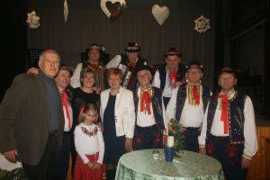 Vľavo predseda MO MS Neded O. Guláš s členkou Výboru MO MS M. Feješovou /štvrtá zľava/ spolu s účinkujúcimi Močenskými spevákmi