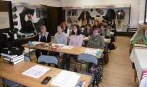Účastníčky tvorivej dielne v Smižanoch pozorne sledujú výklad lektorky