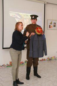 Unikátnu Štefánikovu uniformu zo Šatnice Matice slovenskej predstavil Martin Hajník z Členského ústredia MS.