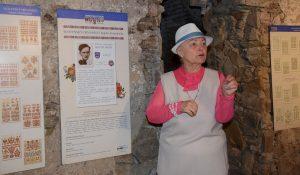 Skúsená lektorka Dr. G. Čiasnohová komentuje jednotlivé panely výstavy