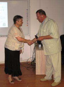 JUDr.JUDr. Štefan Martinkovič odovzdáva zlatú medailu PhDr. Marte Hlušíkovej