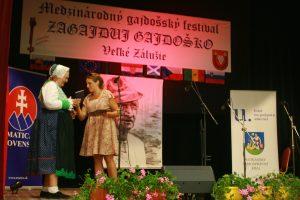 Riaditeľka Domu MS v Nitre V. Bilicová pri príležitosti 25. výročia MO MS Veľké Zálužie ocenila prácu predsedníčky G. Pavelovej