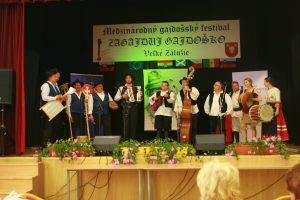 Podujatie ukončili hostia zo Slovinska Bučenskí rampláši spoločnou piesňou s ostatnými účinkujúcimi
