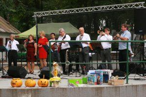 redsedníčka MO MS Ivanka p. Nitre M. Račková s členmi OZ Oddtimer History Club Oponice