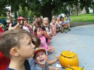 Deti plné očakávania záverečných výsledkov súťaží
