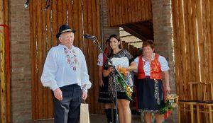 Ocenený Jozef Galbavý, ku gratulantom sa s poďakovaním pripojili za Dom MS Nitra a Šurany riaditeľka Veronika Bilicová a predsedníčka MO MS Veľké Lovce Mária Rapavá. Autor fotografie: M. Kurucová Kasášová