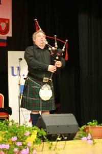 Lindsay Davidson zo Škótska ako prvý na svete vyštudoval hudobnú akadémiu v hre na škótske gajdy v Edinburgu