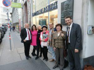 Delegácia SZSZ a hostí na Slovenskom inštitúte vo Viedni, 1. Zľava: riaditeľ inštitútu Igor Skoček
