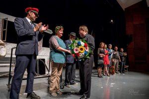 Predseda MO MS F. Ďurina s K. Kolárovou, ktorá počas divadelného večera v Topoľčanoch oslávila svoje narodeniny. Autor fotografie: René Hubinský