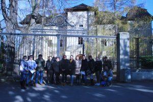 Pred kaštieľom v Brodzanoch, v ktorom sídli Slovanské múzeum Alexandra Sergejeviča Puškina. Autor fotografie: Veronika Bilicová