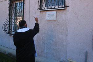 Pamätnú tabuľu Rehole školských bratov požehnal miestny farár Jozef Marko.