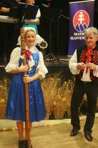 Do  tomboly na tému Ľudové tradície daroval hlavnú cenu ručne vyrobenú fujaru MO MS Veľké Zálužie. Autor fotografie: V. Bilicová